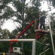 Ballfanganlagen gesichert, Kunstrasenreparatur gestartet